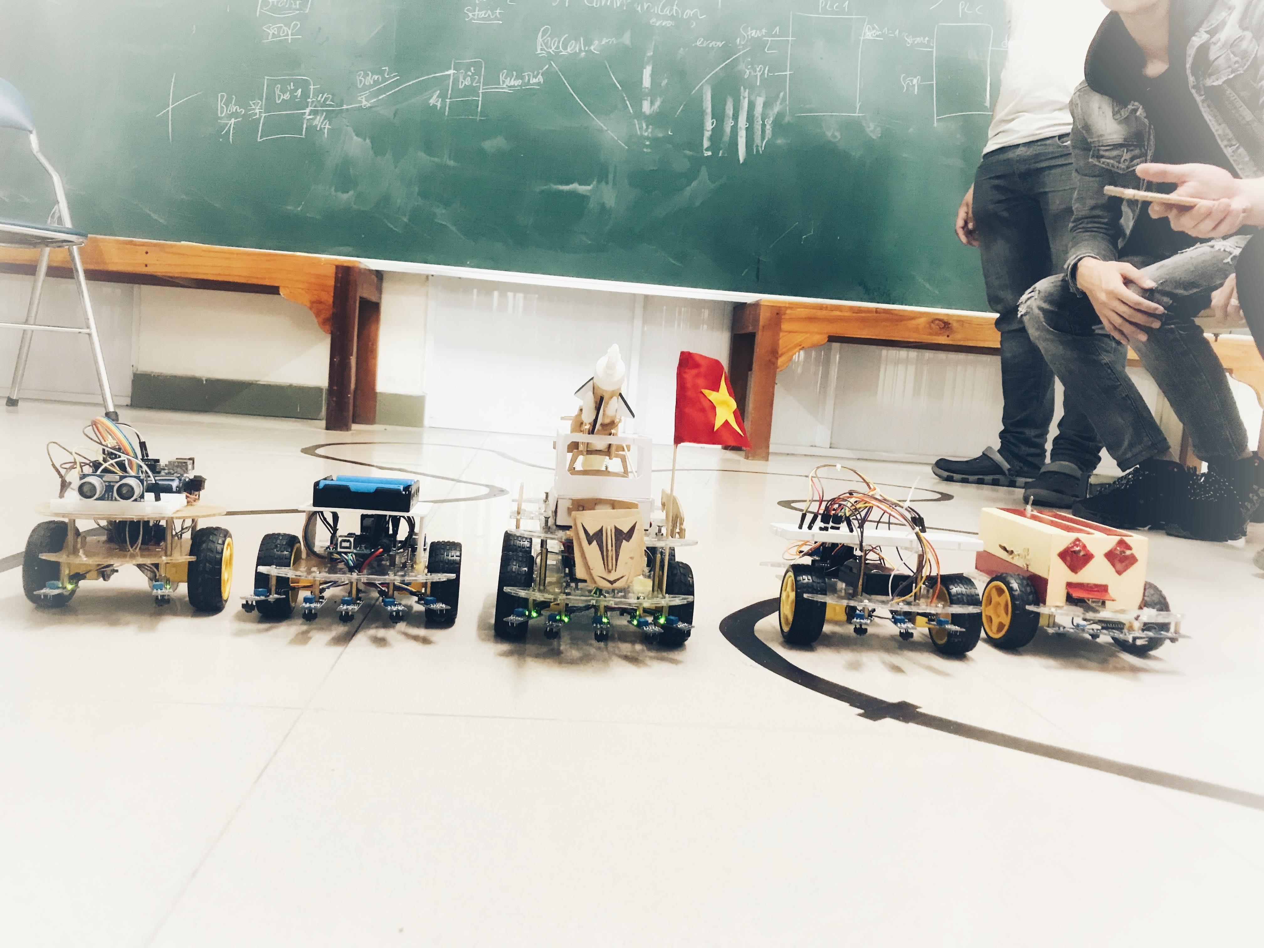 Sinh viên khoa Công nghệ điện, điện tử trong một buổi thử nghiệm các sản phẩm robot🏎 😘